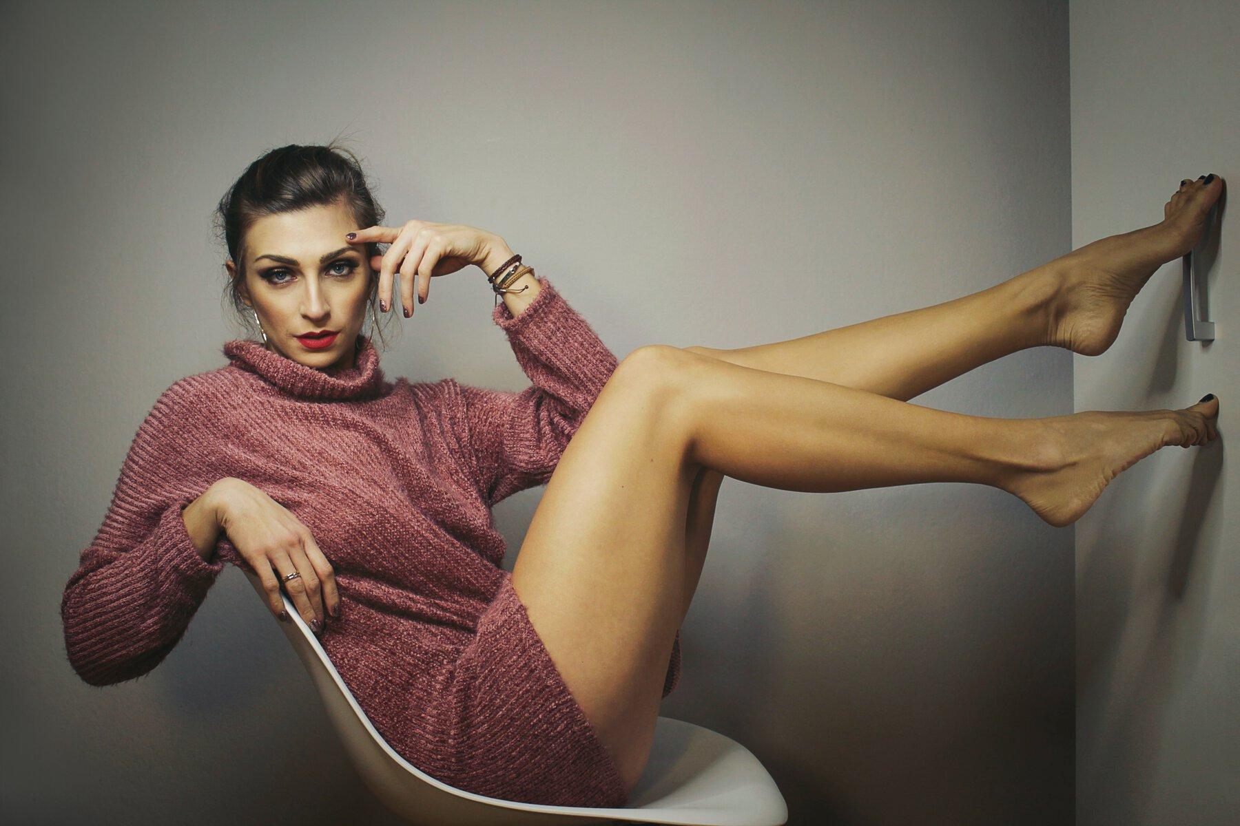 girl from Uberhorny app wearing a sweater showing off her legs
